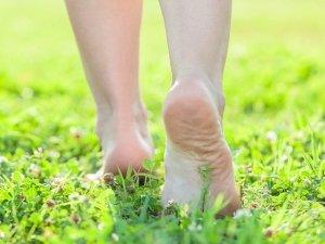 Verso il benessere riscoprendo sane abitudini come camminare e stare a piedi nudi