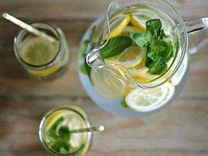 Acqua detox o acqua aromatizzata: benefici e ricette