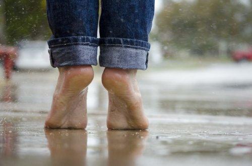 Camminare a piedi nudi fa bene alla salute