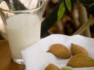 Il latte di mandorle, bevanda perfetta per l'estate