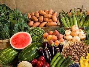 Gli italiani mangiano e spendono più per frutta e verdura che per la carne
