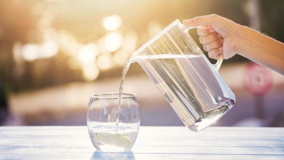 Beviamo più spesso: i segnali di sete sono segnali di cure possibili grazie all'acqua