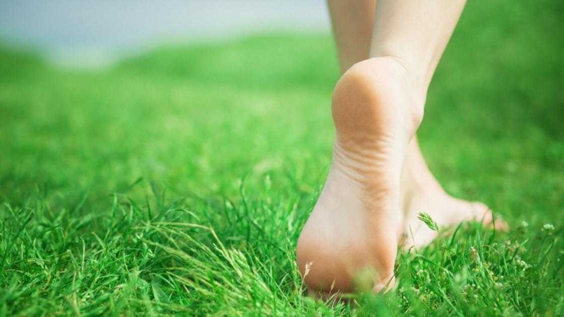 E se ci togliessimo le scarpe? A piedi nudi (earthing) per riconnetterci con la Terra