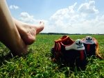 Earthing: i feedback di di chi ha provato i benefici di camminare a piedi nudi