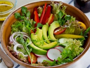 Menù vegetariano biologico senza glutine e caseina: freschi sapori a base di avocado
