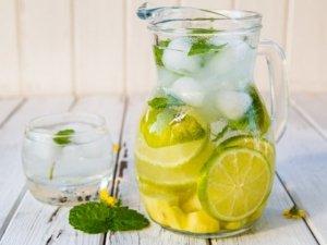 Acqua aromatizza con frutta e verdura: benefici e 3 ricette