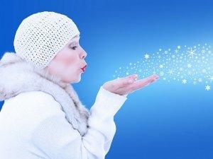 Mani screpolate: 10 rimedi naturali contro il freddo