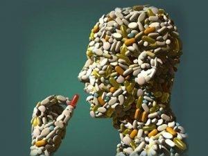 La medicalizzazione delle nostre esistenze: farmaci, vaccini, interessi