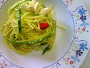 Nidi di zucchine e spaghetti di riso integrale con crema di mandorle